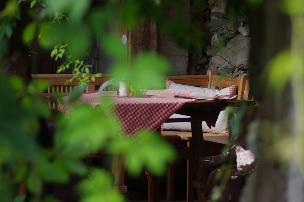 versteckter Sitzplatz im Ruinengarten-Bio Bauernhof Leitenmüller