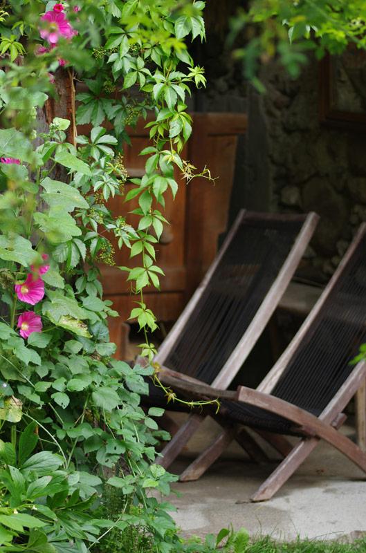 gemütliche Sitzplätze im Ruinengarten-Bio Bauernhof Leitenmüller