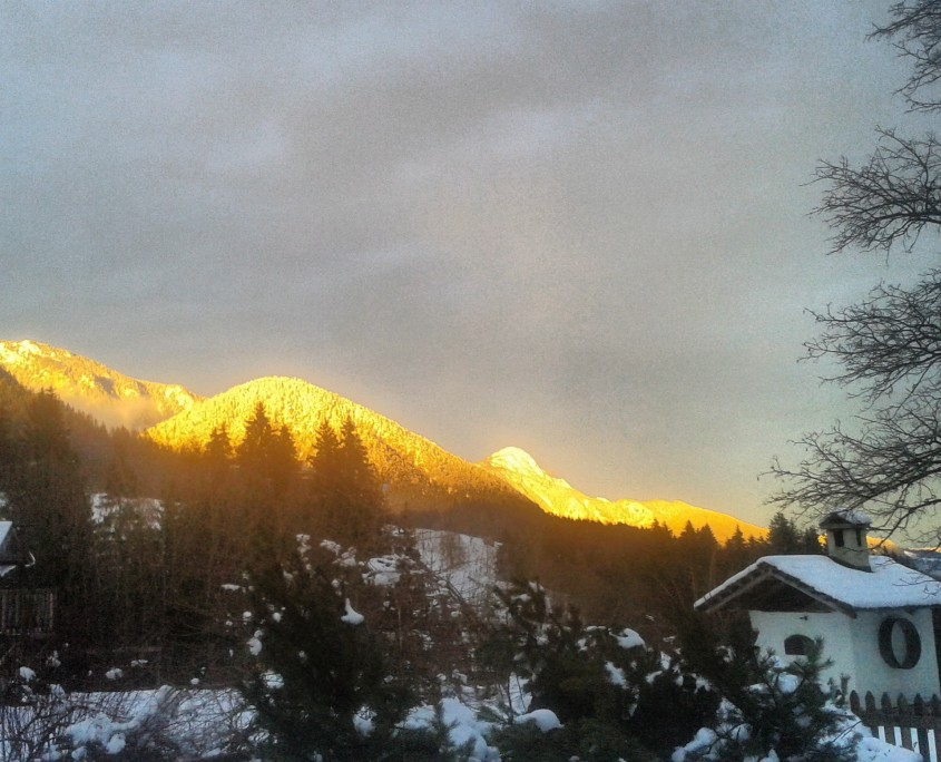 Lichtstimmung am winterlichen Bio Bauernhof Leitenmüller