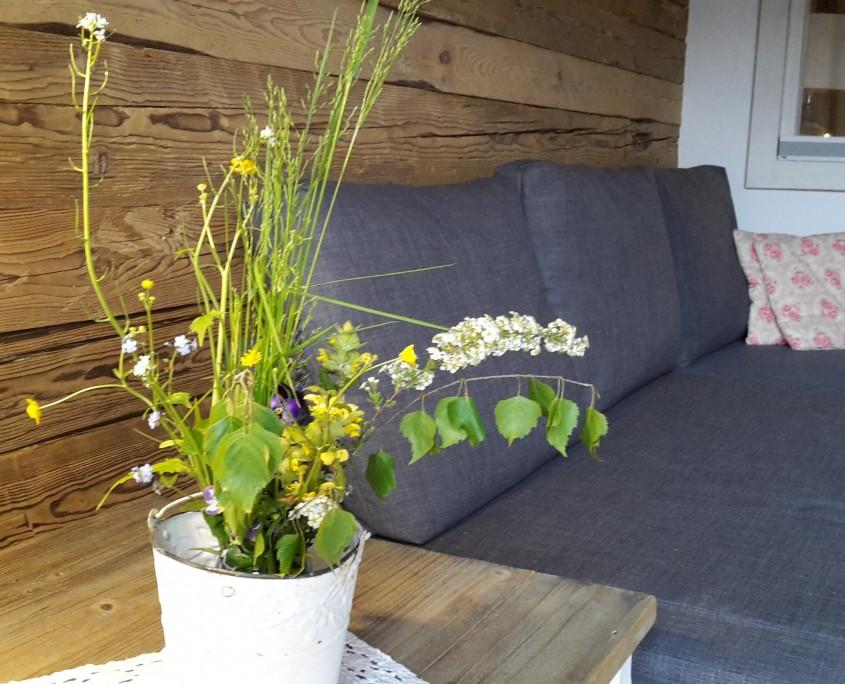 Waldblick Landwohnung mit Blumen aus dem Garten-Bio Bauernhof Leitenmüller